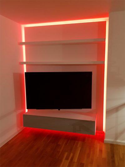 Eingebauter TV mit rotem LED