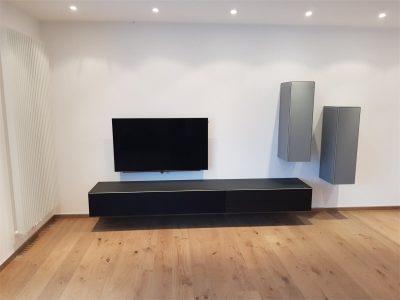 Eingebauter TV mit Möbeln
