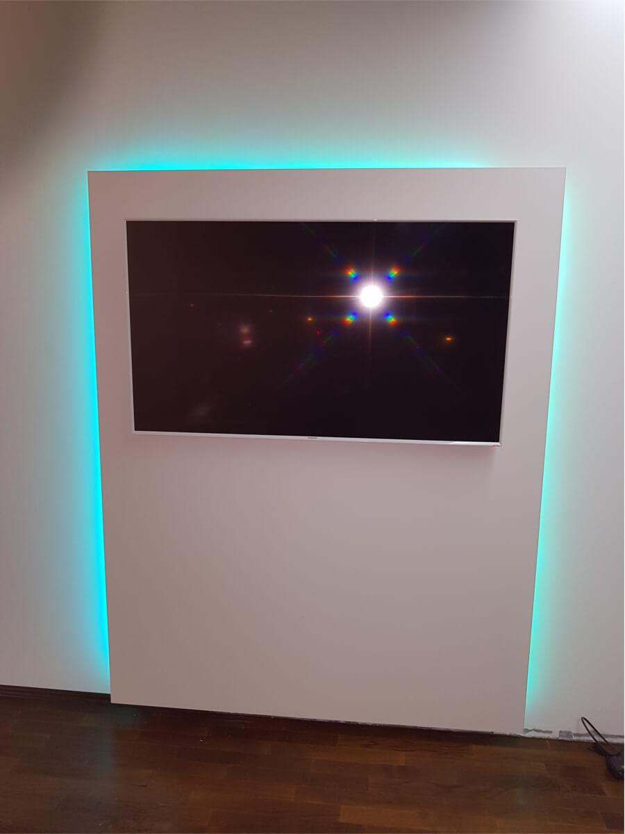 Eingebauter TV mit blauem LED